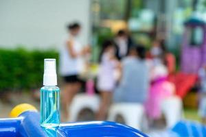 Sprühflasche mit Alkohol zur Reinigung zur Vorbeugung des Corona-Virus, Covid-19 foto