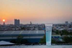 Alkoholgel zum Schutz vor Coronaviren mit Stadthintergrund foto
