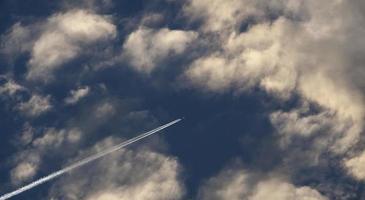 Flugzeug fliegt in den bewölkten Himmel von Madrid foto