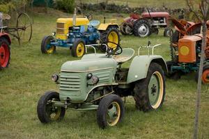 alte Traktoren in der französischen Landschaft foto