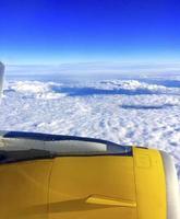 Flugzeug fliegt über den Wolken foto