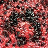 Fotografie zum Thema Herstellung von hausgemachter roter Kirschmarmelade in Zucker foto
