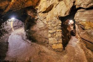 Touristenhöhlen aus Kalkstein im Brembana-Tal Bergamo Italienamo foto