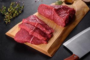 frisches rohes Rindfleisch für ein köstliches saftiges Steak mit Gewürzen und Kräutern foto
