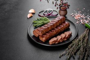 frischer leckerer Kebab gegrillt mit Gewürzen und Kräutern foto