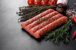 frisches rohes Hackfleisch für gegrillten Döner mit Gewürzen und Kräutern foto