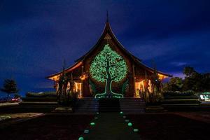 Dämmerungsaufnahme des Sirindhorn Wararam Phu Prao Tempels in Ubonrachatani, thailand foto