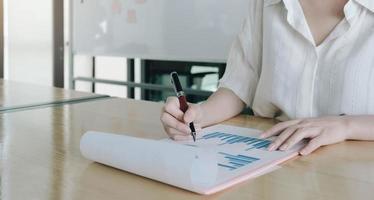 Frau analysiert Jahresfinanzbericht foto