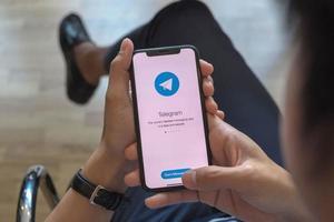 Chiang Mai, Thailand, 21. März 2021 - Person, die die Telegramm-App verwendet foto