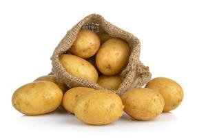 Kartoffel im Sack isoliert auf weißem Hintergrund foto