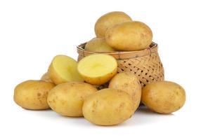 Kartoffel im Korb isoliert auf weißem Hintergrund foto