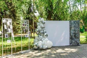 wunderschöne Komposition für eine Hochzeitszeremonie in einem Park an der Meeresküste foto