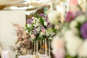 wunderschöne florale Kompositionen im Restaurant für die Hochzeitszeremonie foto
