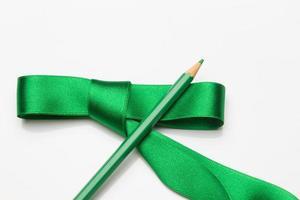 Buntstifte in einem grünen Band gewickelt foto