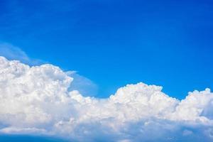 schöne weiße Wolken am strahlend blauen Himmel an einem warmen Sommertag foto