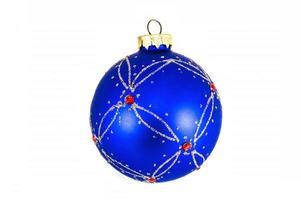 blaue Weihnachtskugel lokalisiert auf weißem Hintergrund foto