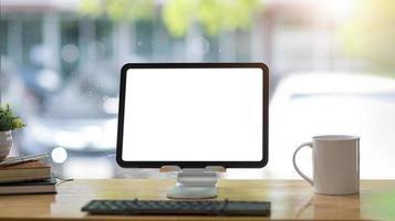 Laptop mit leerem Bildschirm foto