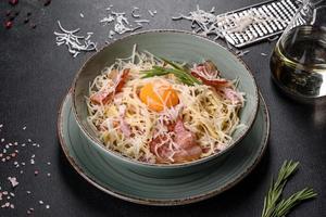 Pasta Carbonara. Spaghetti mit Speck, Ei, Petersilie und Parmesankäse foto