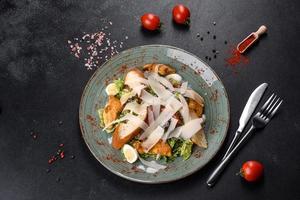 leckerer frischer Caesar Salat mit Hühnerfleisch, Paniermehl, Tomaten und Salatblättern foto