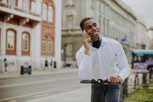 junger Afroamerikaner mit Handy foto