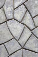 graue Steinmauer aus unregelmäßigen geometrischen Formen foto