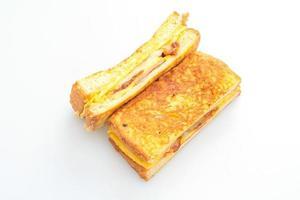 French Toast Schinken, Speck und Käse-Sandwich mit Ei isoliert auf weißem Hintergrund foto