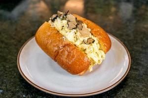 Brötchen oder Brot mit Rührei und Trüffelpilz foto