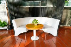 leere Terrasse und Stuhl auf dem Balkon foto