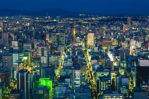 Nachtansicht von Nagoya mit Nagoya-Turm in Aichi, Japan foto