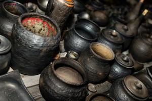 gebrannte schwarze Keramik. gebrannte Tontöpfe und Teller, Geschirr - Bild foto