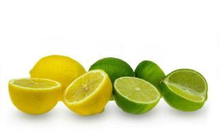 Zitrone und Limettenscheibe auf weißem Hintergrund foto
