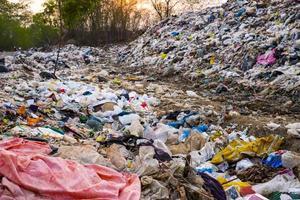 verschmutzter Berg großer Müllhaufen und Umweltverschmutzung foto
