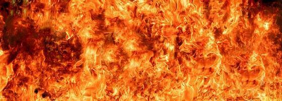 Feuerflammen mit Rauch auf schwarzem Hintergrund foto