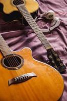 zwei klassische gitarren im bett foto