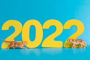 Miniaturtiger und Zahl 2022, das Jahr des Tigers Chinesisches Neujahr foto