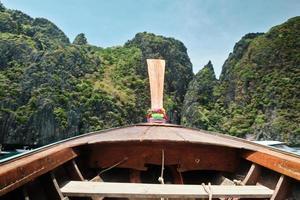 Blick auf die Berge von einem hölzernen Bugboot auf der Insel Phi Phi. foto