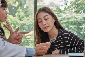 asiatischer männlicher Arzt gesunde Beratung mit Mutter und Kind. foto