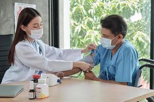 Arzt überprüft die Gesundheit des behinderten Mannes. foto