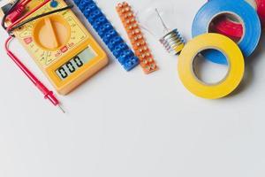 Multimeterbänder auf Tisch foto
