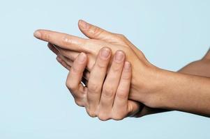 Person, die sich drinnen die Hände wäscht foto