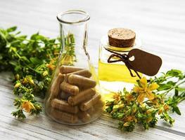 st. Johanniskraut, pflanzliche medizinische Pillen foto