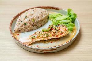 Gebratener Quinoa-Reis mit gedünstetem Lachs in Limetten-Chili-Dressing - gesunder Ernährungsstil foto