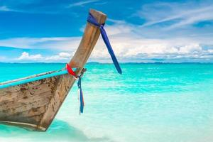 langes Boot im Meer foto