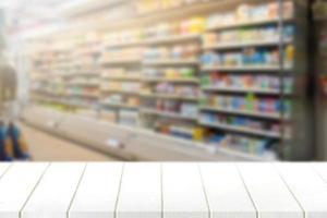 Holztischplatte mit unscharfem Supermarkt im Hintergrund foto