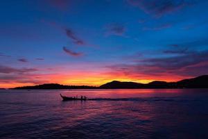 Longtail-Boot segeln auf dem Meer Phuket Thailand foto