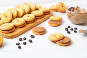 Sandwichkekse mit Kaffeesahne foto