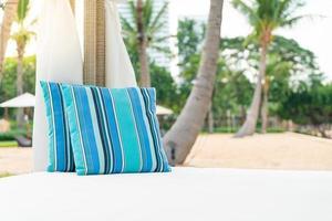 bequemes Kissen auf Pavillon in Strandnähe - Reise- und Urlaubskonzept foto