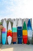 schöne und bunte Surfbretter mit blauem Himmel foto