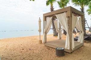 Pavillon am Strand mit Meereshintergrund am bewölkten Tag - Reise- und Urlaubskonzept foto