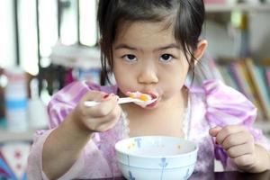 Kind isst gerne foto
